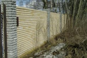 Забор из белого камня